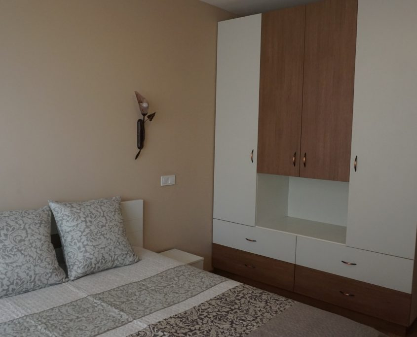 Спалня и гардероб в бяло и бронз