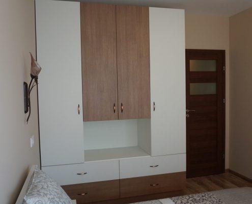 гардероб в бяло и бронз